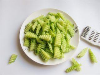 腰果炒虾仁,黄瓜横着从中间剖两瓣儿,再用波纹刀切成小条块;