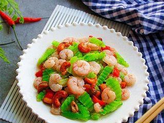 腰果炒虾仁,装盘,美味即享;