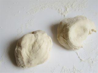 老妈酱香鸡蛋单饼卷,醒好的面团揉一揉,分成几个均匀大小的大剂子