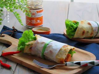 老妈酱香鸡蛋单饼卷,卷好的卷儿为了方便拿,可以切成两瓣儿,再用烫过的韭菜系上一个漂亮的蝴蝶结