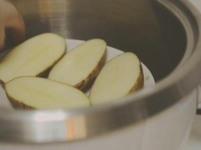 培根起司马铃薯,放入电锅蒸软  外锅一杯水