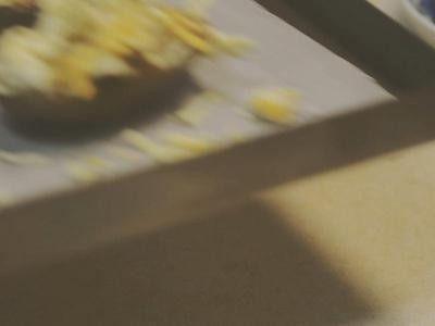 培根起司马铃薯,加热至起司溶化即可 (烤箱:0210度10分钟、电锅:马铃薯下需垫纸巾数张,外锅半杯水)