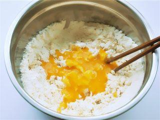 花瓣馒头,把加有酵母粉的南瓜糊分次加入面粉中间,不要碰到盆边,用筷子沿着盆边搅拌