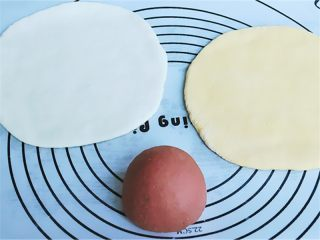 花瓣馒头,把各种颜色面团取出放在面板上加少许面粉揉一揉排排气,然后随便取自己喜欢的三种颜色面团各120克搭配,揉成球状后还要擀成面片,其中一个面片则包