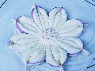 花瓣馒头,把其他几瓣用同样方法做出来,花心可以随意装饰