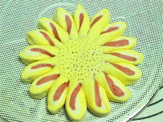 花瓣馒头,来一款别的切花,分成若干等分切开,然后把每一片同方向扭一下即可