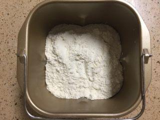 肉松面包卷,所有材料按照糖,盐,牛奶,鸡蛋,面粉,酵母的顺序放入面包机里,揉面程序选择20分钟。