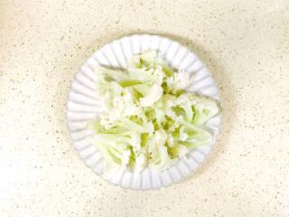 椒盐花菜,焯水后,控干水分