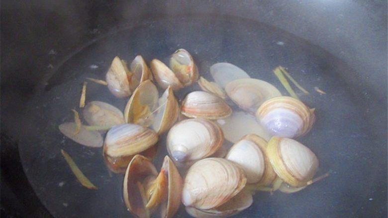 蛤蜊小葱炖蛋,蛤蜊和生姜入锅,锅内放入适量水,没过蛤蜊即可不用放太多