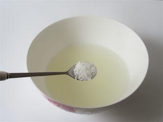 蛤蜊小葱炖蛋,将煮过蛤蜊的水过滤倒入碗中,放入一勺盐搅拌融化放温备用 注意蛤蜊水是蛋液的两倍
