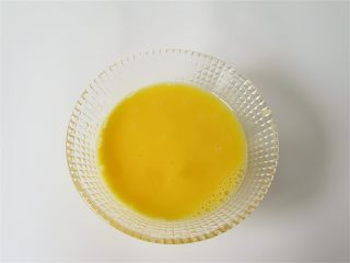蛤蜊小葱炖蛋,鸡蛋液放入碗中搅打均匀,大约每隔鸡蛋将近60克一个