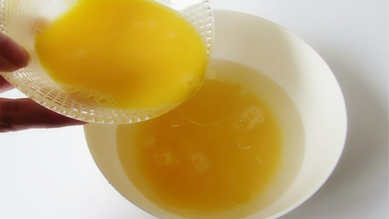 蛤蜊小葱炖蛋,将鸡蛋液倒入凉了的蛤蜊盐水中
