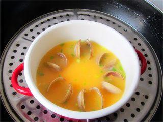 蛤蜊小葱炖蛋,然后把碗放入有适量水的蒸锅里