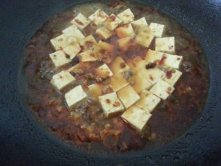 麻婆豆腐,加入适量水、生抽、味精,不盖锅盖稍煮