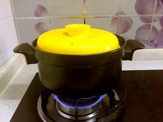 红烧狮子头,盖上锅盖,小火慢炖上三个小时左右。关火前可以放些青菜同煮哦!