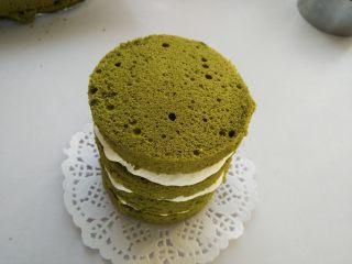 抹茶奶油蛋糕,最后盖上一片抹茶蛋糕片,装饰上水果即可。