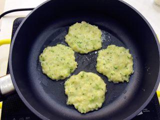 宝宝辅食:深海能量(鳕鱼)小米饼-12M,不粘锅热锅,刷一层冷油,用勺子舀入鳕鱼鸡蛋米饭糊,用勺背压扁成小圆饼状,厚度要在1cm以内,不要太厚哦。 》用勺子舀,这样每个饼大小就会比较均匀。 》用油不要多,润一下锅就好啦。也可以不用油,需要效果比较好的不粘锅哈。 》不要太厚哈,要把鳕鱼慢慢煎熟的。