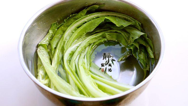 风味凉拌油麦菜,先过两次清水洗去尘土,再浸泡在淡盐水中约十五分钟。然后再用纯净水洗净。因为咱们这道菜要生拌,以保持它最大化的营养,所以一定要清洗干净。