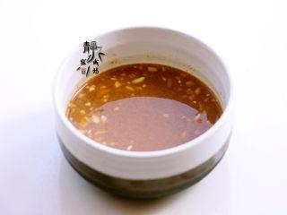 风味凉拌油麦菜,把兑好的蒜汁与澥好的芝麻酱混合均匀,料汁就做好了。