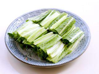 风味凉拌油麦菜,把油麦菜捞出沥去水,切合适的段,码盘。