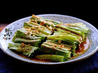 风味凉拌油麦菜,由于加入了香醋,这道菜别有风味,更加清口。