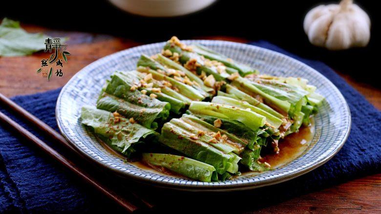 风味凉拌油麦菜,300克的油麦菜拌好了,也只够一人食用,因为这个做法实在是让人欲罢不能。
