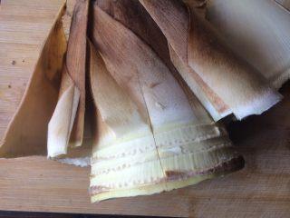 油焖春笋,看似非常大的笋,用刀破开扒去笋衣。切除边缘一些粗糙的地方