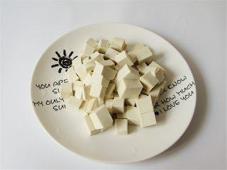 荠菜肉末豆腐羹,豆腐打成均匀大小的小方块