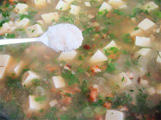 荠菜肉末豆腐羹,加入淀粉水勾芡,再加入一勺盐、少许味精调味,不喜欢味精的可不放,喜欢酸味的还可以滴几滴醋调味更加增味