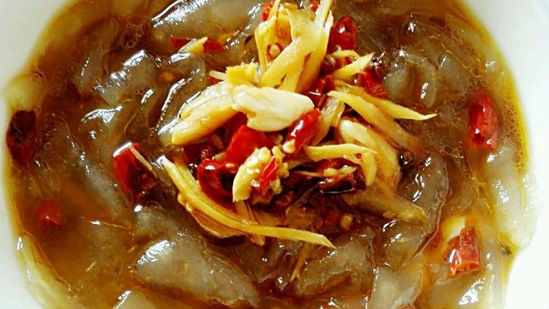 香辣葛根粉条,装粉皮的碗,把冷开水倒掉,倒入煮好的汁,就好了。开吃。