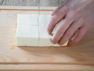 麻婆豆腐——美味诀窍大揭秘!,豆腐切块