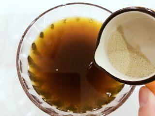 宝宝辅食-红枣发糕-18M+,取剩余的温水,倒入红糖中,用筷子搅拌下,使红糖慢慢融化开。小芽偷懒,直接将酵母倒入红糖水中融化了哈,加入酵母时需确保水的温度低于40度,不然酵母会被烫死的哈。 》不加糖也可以的哈,直接把酵母融于温水就好啦。 》如果用白糖的话,这一步直接将酵母溶于温水,白糖等会直接加入到面粉中搅拌均匀即可。