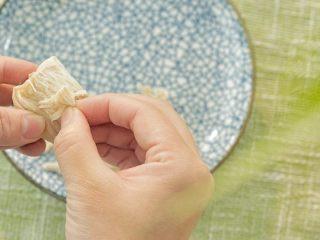 芙蓉面线汤,放凉后撕成条。煮之前不要把鸡胸肉切片或小块,要一整块一起煮。不然大部分肉质会变老,而且撕起来也费劲。