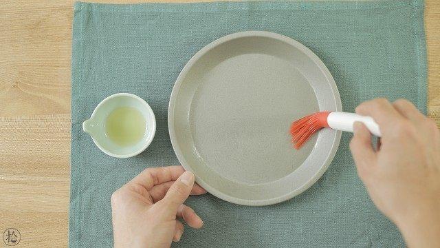 宝宝版牛肉肠粉,取一个浅底的平盘,刷一层薄油,以便脱模。不锈钢平盘做出来的更容易脱模。最好准备2个平盘,因为一次只能做一份肠粉,有两个的话可以交替使用。
