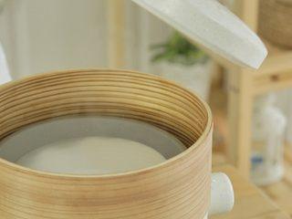 宝宝版牛肉肠粉,提前烧开水,趁着水蒸汽冒出,借助防烫夹将平盘放入锅中。把平盘放进去时要保持平衡,以免厚度不均做出来的口感不好吃。
