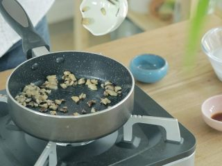 宝宝版牛肉肠粉,热锅少油,倒入香菇丁炒出香味,接着加入水淀粉和盐、生抽调味,煮沸后端出。