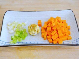 金沙南瓜焗饭(蛋黄南瓜炒饭),2,鸭蛋抠出蛋黄备用, 小葱切细段(分开葱绿,葱白)~ 南瓜切丁~