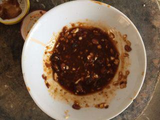 鸡丝凉面,拌饭酱、黄豆酱、蒜泥、生抽,再加少许糖,香油,调成拌面的酱汁
