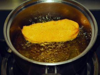 【自制安心油条 】,其实并不难~,浮起之后,用筷子来回翻动,让它均匀受热。等到全身金黄,基本就可以出锅了!每根大概一分钟不到的样子!也不要浮上来就捞出,有可能两根中间会夹生~