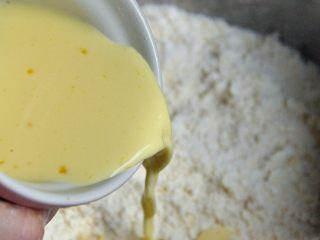 菠萝派,取一个小碗将鸡蛋和牛奶混合均匀,倒入盆中,揉成面团。