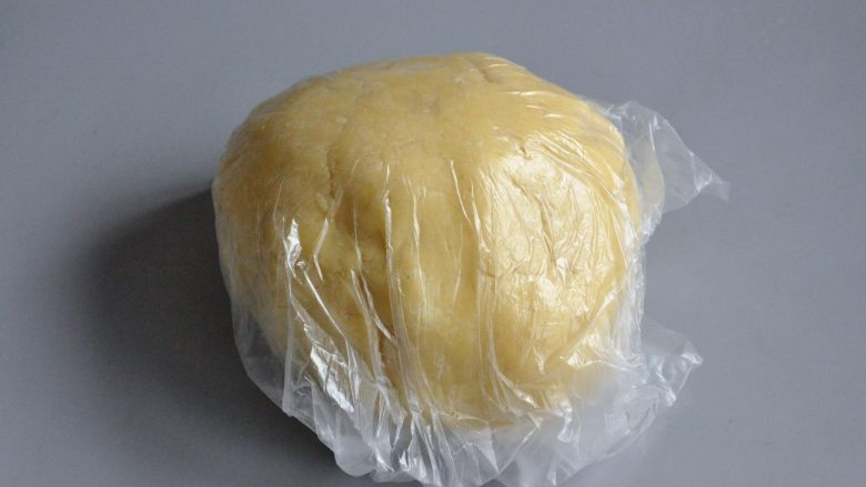 菠萝派,将混合好的面团装入保鲜袋,放入冰箱冷藏1小时以上。