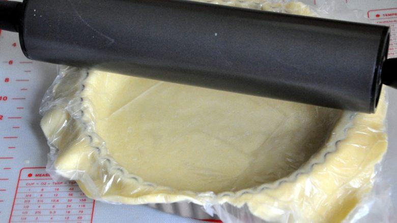 菠萝派, 将派皮压在派盘上,用擀面杖把多余的派皮压掉。