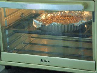 菠萝派,烤箱预热200度,烤15分钟。
