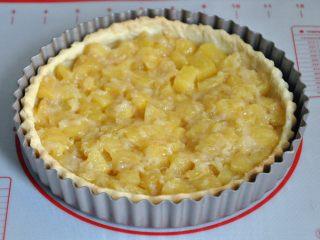 菠萝派,派皮烤好后,将菠萝馅装进去。
