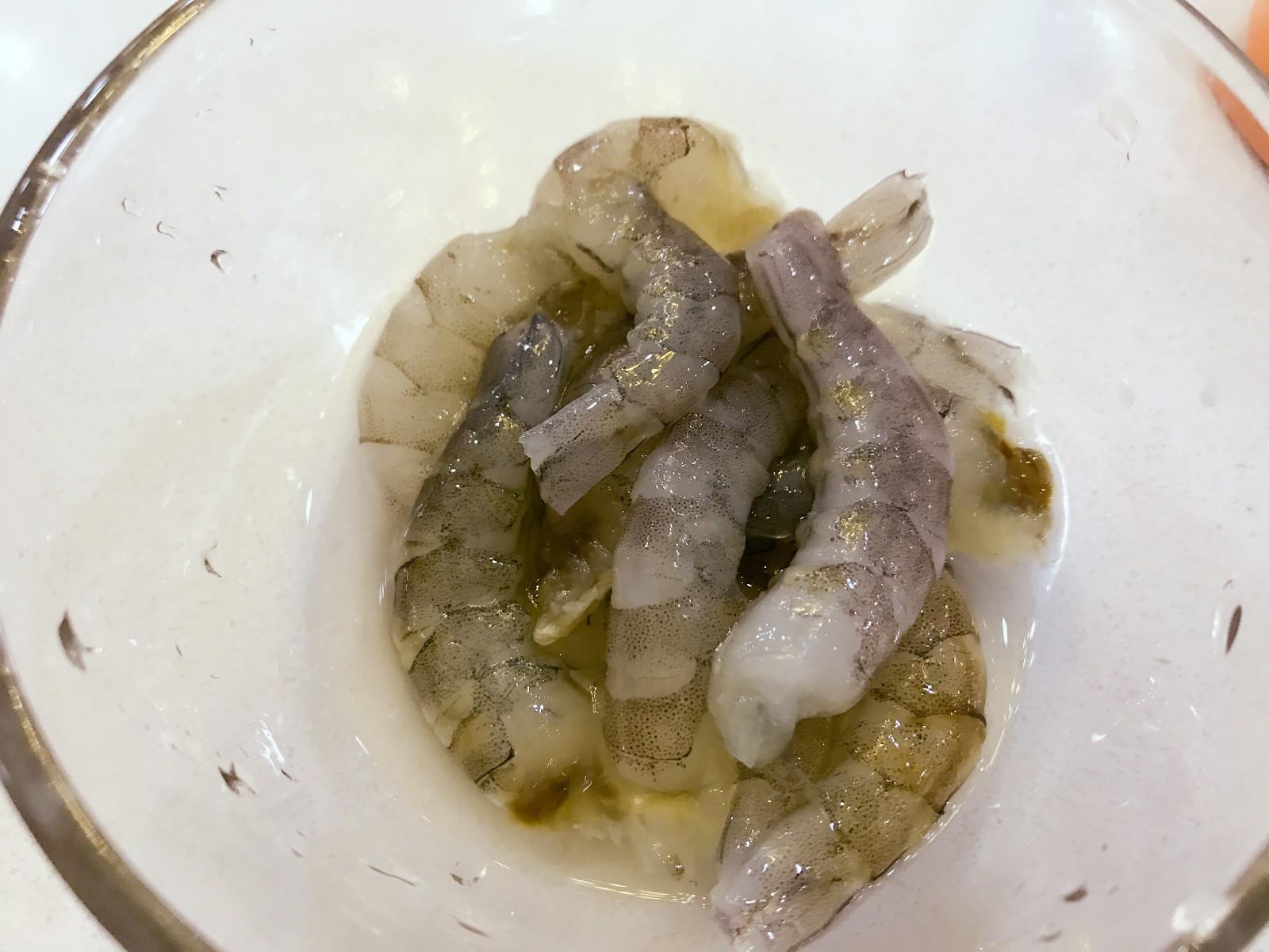 宝宝辅食:虾仁时蔬小馄饨-13M+,鲜虾洗净,用牙签从虾壳二节处挑出泥线,去头去尾去壳。</p> <p>》虾壳二节处是泥线最韧的地方,比较容易挑,一般情况下,可以用牙签从虾壳二节处挑出泥线,然后再去头去壳去尾,剥出虾肉。