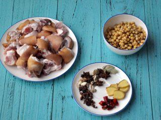 黄豆烧猪蹄,准备材料,猪蹄洗净,砍成小块,黄豆提前侵泡2小时.