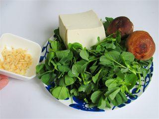 野菜香菇豆腐汤,准备好各种食材