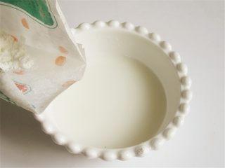 野菜香菇豆腐汤,准备半碗凉水,倒入适量淀粉搅匀成淀粉水备用