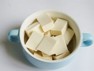野菜香菇豆腐汤,豆腐切成大小均匀一致的块备用