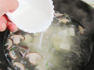 野菜香菇豆腐汤,煮开后加入少许淀粉水勾芡